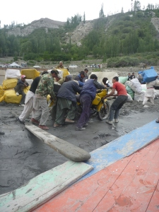 Stuck in the mud at Hussaini – many hands make light work
