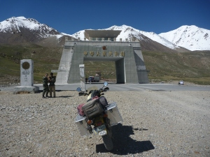 At last the Chinese border at Khunjerab Pass (4935m).